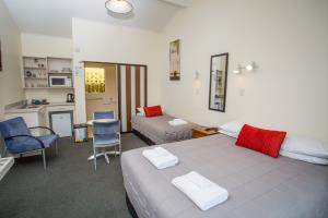 Double bed & single bed with seating area