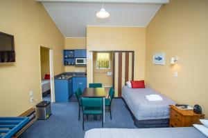 dining are plus kitchenette, queen bed, single bed