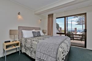 Queen bed, great view