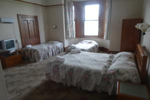 208 Budget King Ensuite with Twin Beds