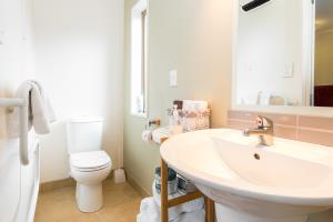 Ensuite bathroom: walk-in shower, toilet, basin