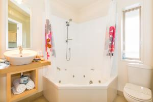 Bathroom: basin, double spa bath/shower, toilet.
