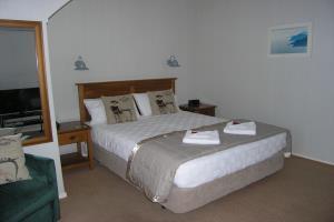 Studio: Queen Bed Motels 4 & 5
