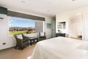 Lake View Guestroom