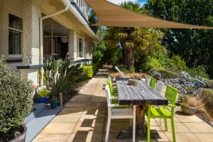 Outdoor breakfast or dining near Boatshed Room