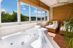 Double spa bath & sunlounger suite