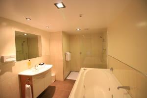 Mezzanine - Spa Bath